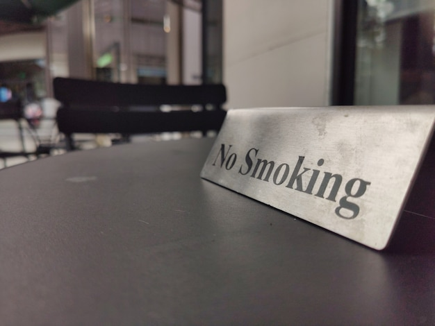 Aucun signe de fumer sur une table en bois au restaurant