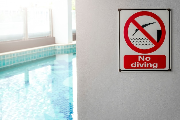Aucun signe de plongée au bord de la piscine, avertissement sur la piscine floue