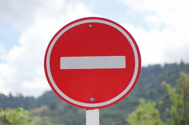 Aucun signe de stationnement avec arrière-plan flou