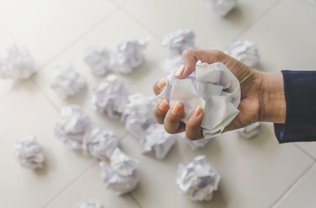 Aucune idée et concept d'échec - main de l'homme tenant du papier froissé et des déchets.