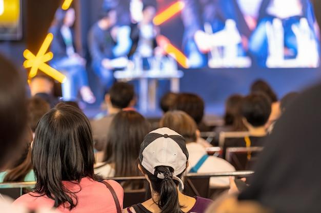 Audience à l'écoute des intervenants sur la scène de la salle de conférence ou d'un séminaire