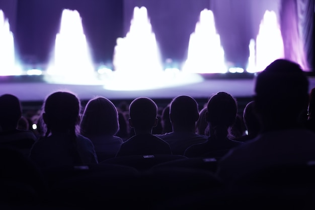 Audience regardant une performance en direct