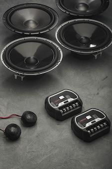 Audio de voiture, haut-parleurs de voiture, caisson de basses et accessoires pour le réglage. vue de dessus.