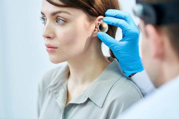 Audiologiste examinant les oreilles