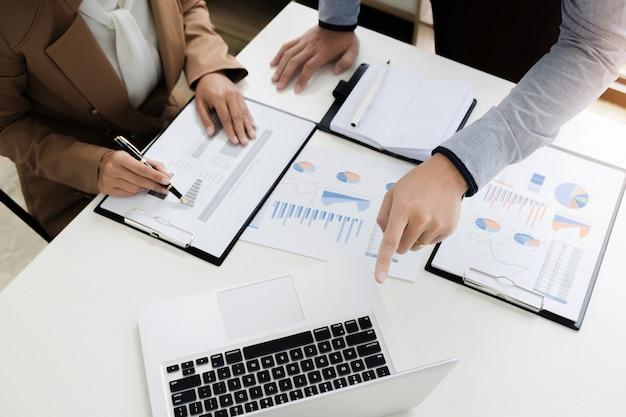 Audit financier d'évaluation d'entreprise travaillant avec le rapport annuel de comptable et de données