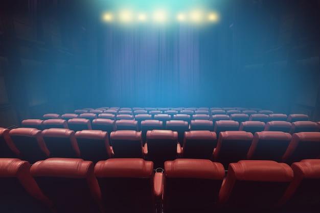 Auditorium de théâtre vide ou cinéma avec des sièges rouges avant l'heure du spectacle