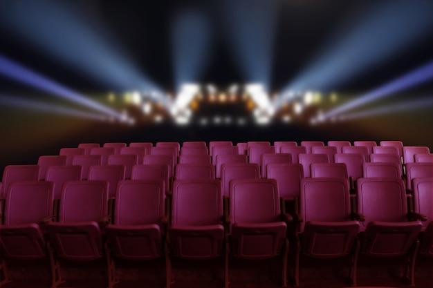Auditorium de théâtre vide ou cinéma avec sièges rouges et éclairage derrière