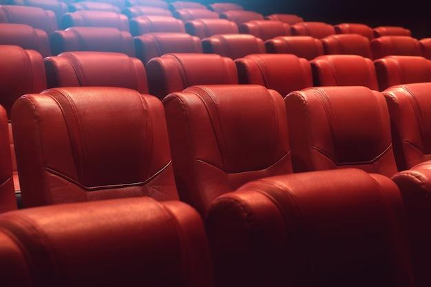 Auditorium de théâtre vide ou cinéma avec des sièges rouges