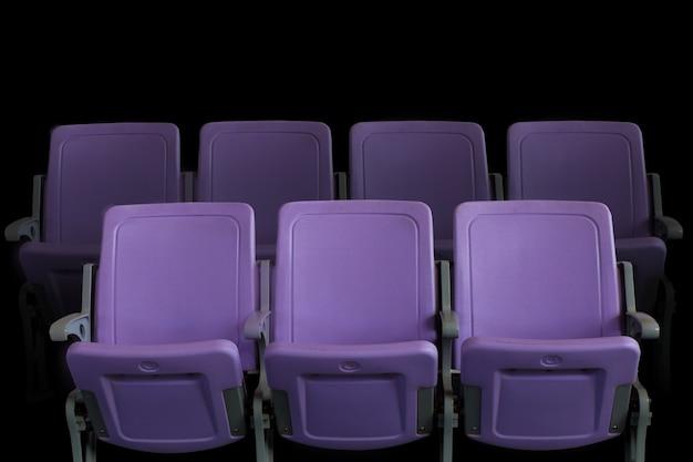 Auditorium de théâtre vide ou cinéma avec des sièges violets