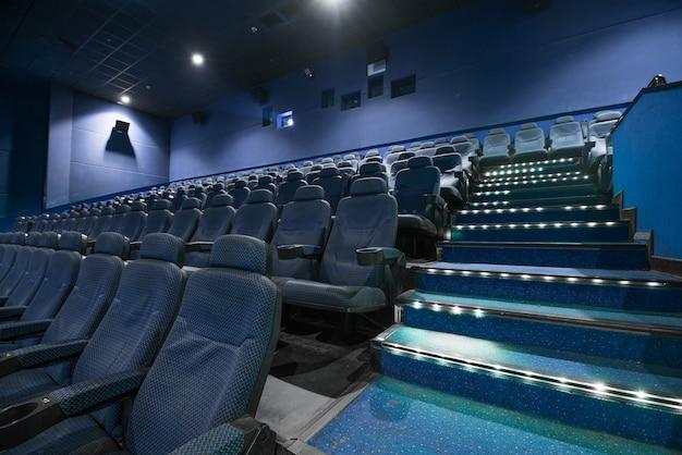 Auditorium vide de salle de cinéma avec sièges.