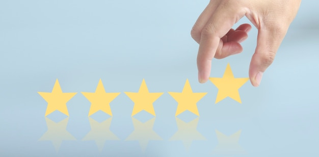 Augmenter l'augmentation de cinq étoiles dans la main de l'homme, augmenter le concept de classification de l'évaluation des notes
