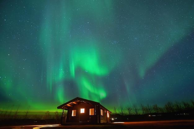 Aurora borealis avec la voie lactée, islande, photographie de nuit