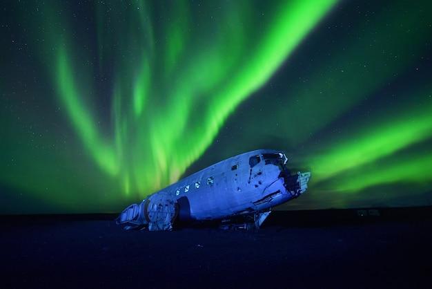 Aurores boréales au-dessus de l'avion la nuit , islande