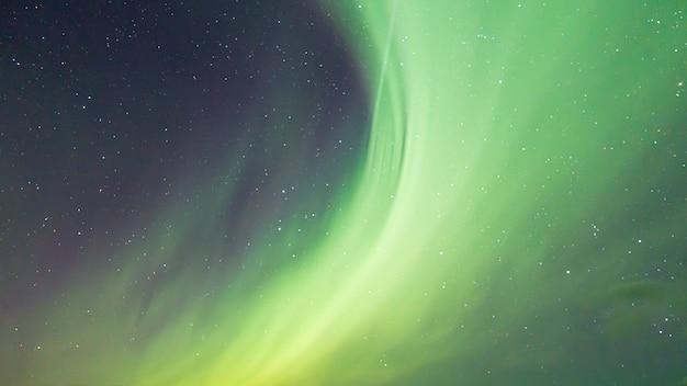 Aurores boréales colorées dans le ciel