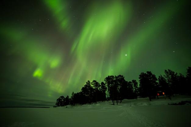 Aurores boréales dans le lac inari, laponie, finlande