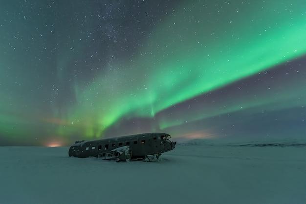 Aurores boréales sur l'épave d'un avion en islande