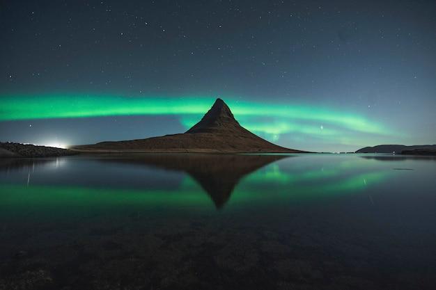 Aurores boréales de kirkjufell, islande