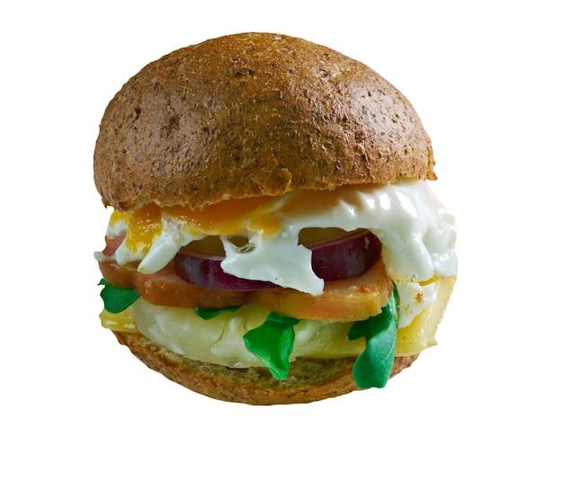 Aussie burger les hamburgers australiens sont en train de cuire, faites cuire le bacon et l'ananas au barbecue