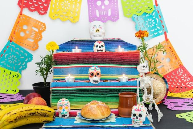 Autel décoré de pan de muerto et de crânes. le jour des morts. vacances mexicaines.