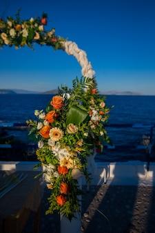 Autel de mariage décoré de verdure et de fleurs d'oranger