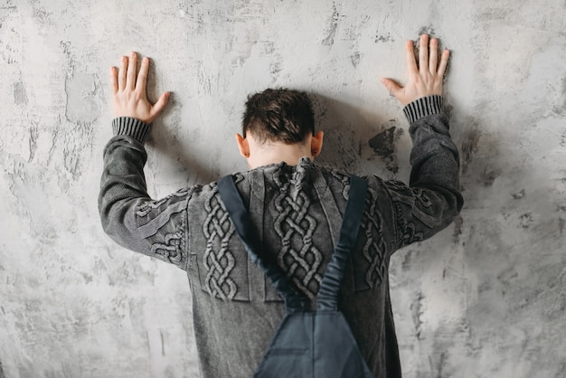 Autiste se dresse face au syndrome du mur, intérieur de la salle grunge.
