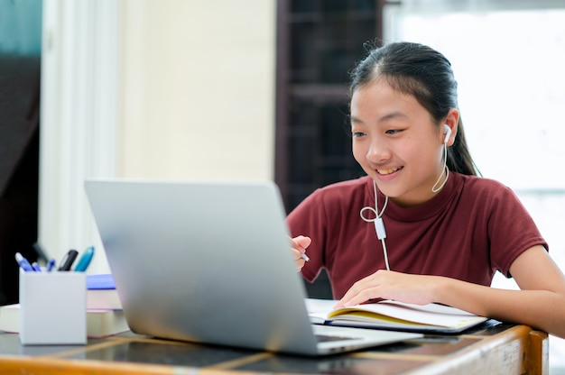 Auto-apprentissage des enfants asiatiques avec e-learning à la maison. éducation en ligne et concept d'auto-apprentissage et d'enseignement à la maison.