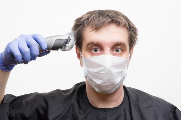Auto-coupe à la maison pendant le coronavirus