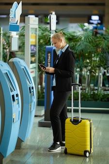 Auto-enregistrement femme à l'aéroport