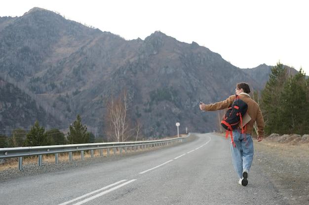 Auto-stoppeur marchant sur la route
