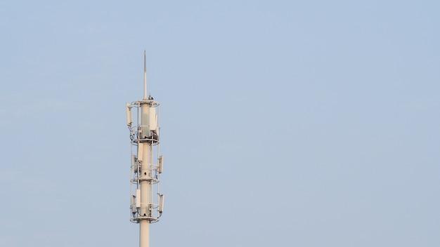 Auto-support, haubanée tour, haubané mât, pôle. tour de signal de téléphone cellulaire sur fond de ciel