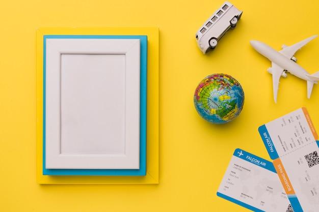 Autobus et globe pour les prochaines vacances