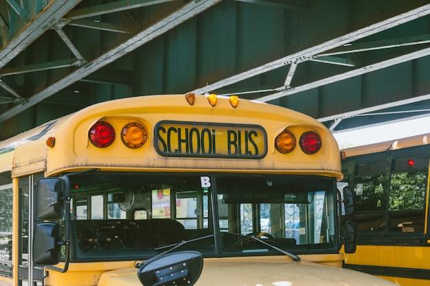 Autobus scolaire public sur la route
