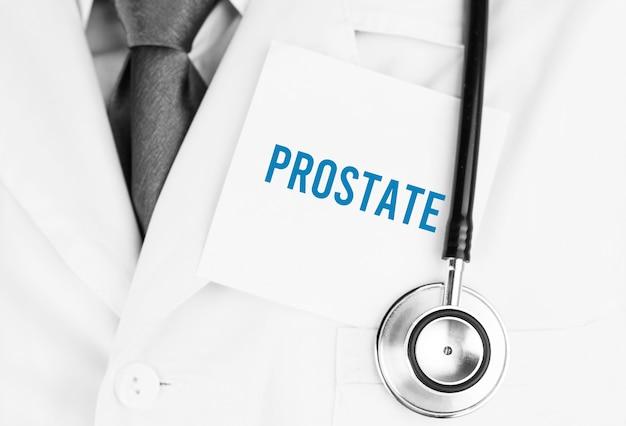 Autocollant blanc avec texte prostae allongé sur une robe médicale avec un stéthoscope
