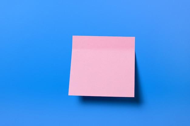 Autocollant collant rose pour rappel d'information, sur fond bleu