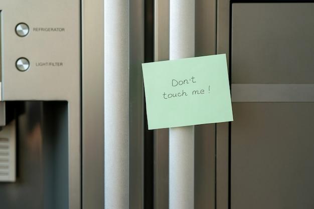 Sur L'autocollant Du Réfrigérateur Avec L'inscription, Ne Me Touchez Pas. Motivation Alimentaire Photo Premium
