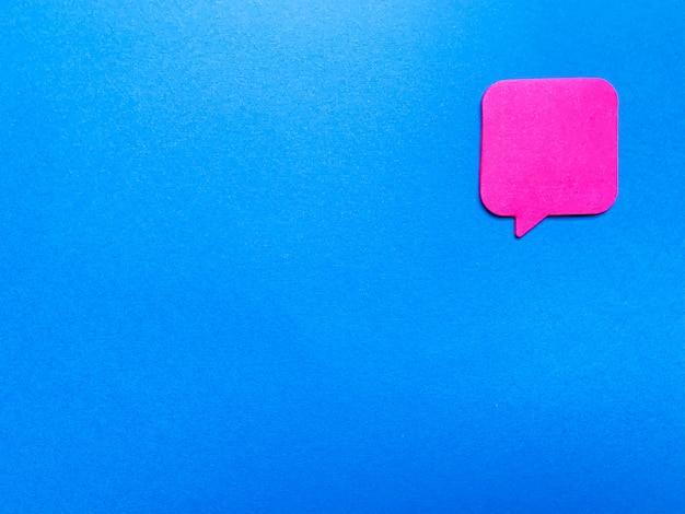Autocollant avec un espace vide pour le texte sur le mur bleu