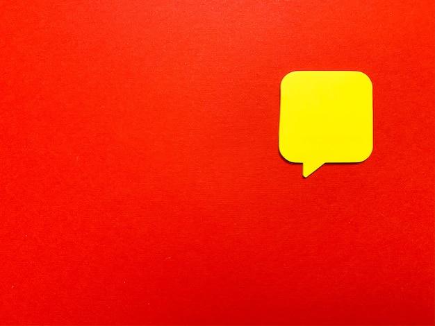 Autocollant avec un espace vide pour le texte sur le mur rouge