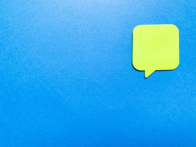 Autocollant sur le mur bleu avec un espace vide pour le texte