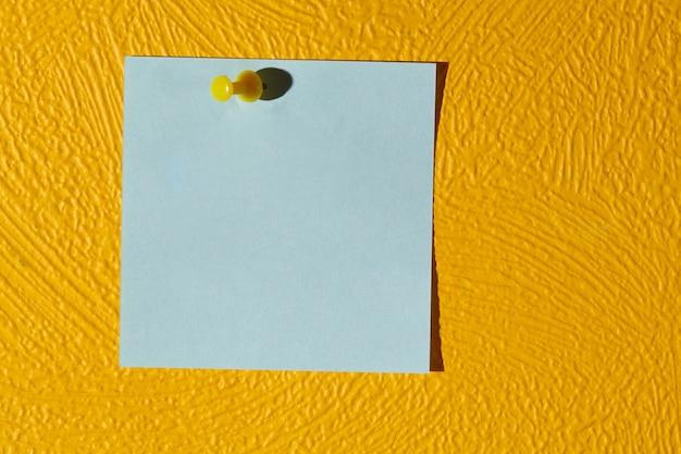 Autocollant rose sur le mur jaune.