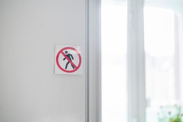 Un autocollant de symbole de zone interdite de passage et de zone interdite sur la porte