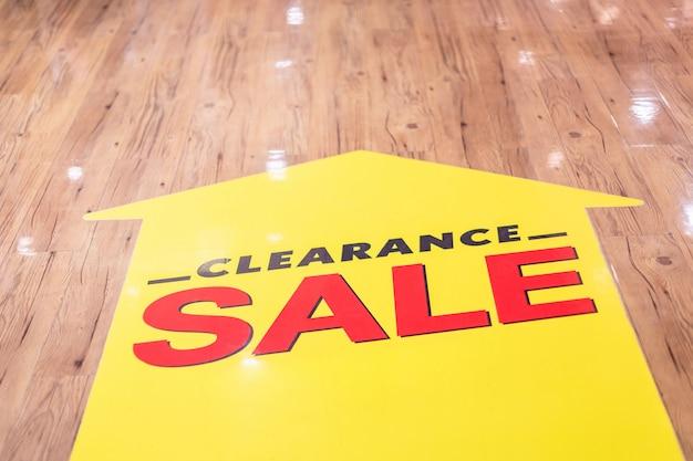 Autocollant de vente de liquidation installé au rez-de-chaussée dans un centre commercial de la mode