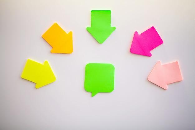 Autocollants colorés sur mur blanc. espace vide pour le texte