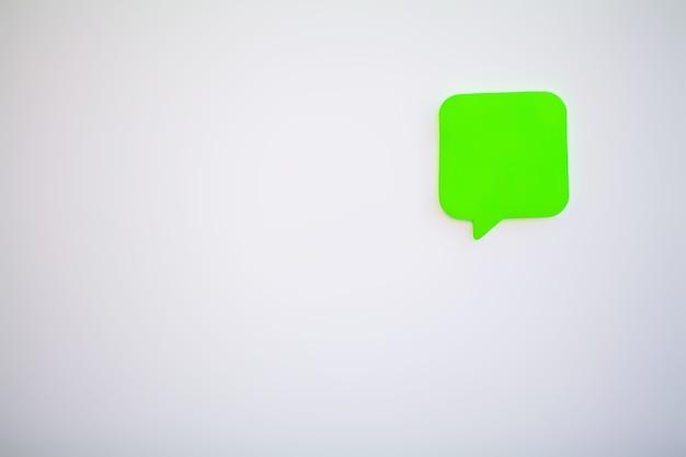 Autocollants colorés sur mur blanc. espace vide pour le texte.