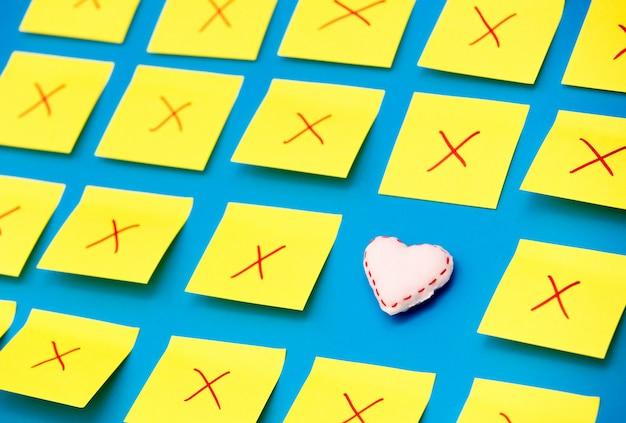 Autocollants de couleur avec des défauts et un jouet en forme de coeur