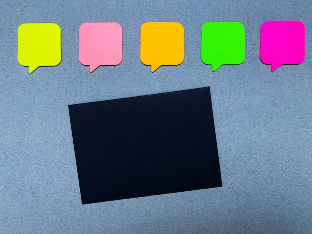 Autocollants avec un espace vide pour le texte et la carte de papier noir