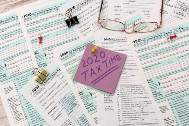 Autocollants fiscaux 2020 avec rappel à 1040 formulaire fiscal en gros plan