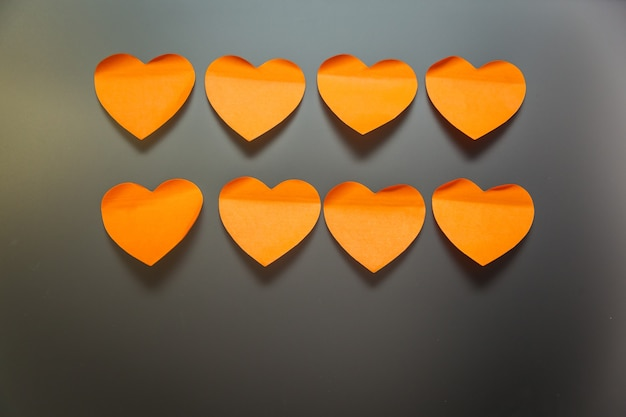 Autocollants de papeterie en forme de coeurs sur fond gris