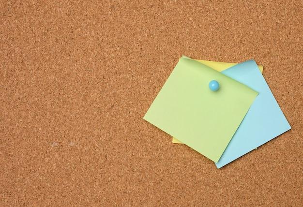 Autocollants en papier colorés collés sur une planche brune, idée et multitâche, gros plan