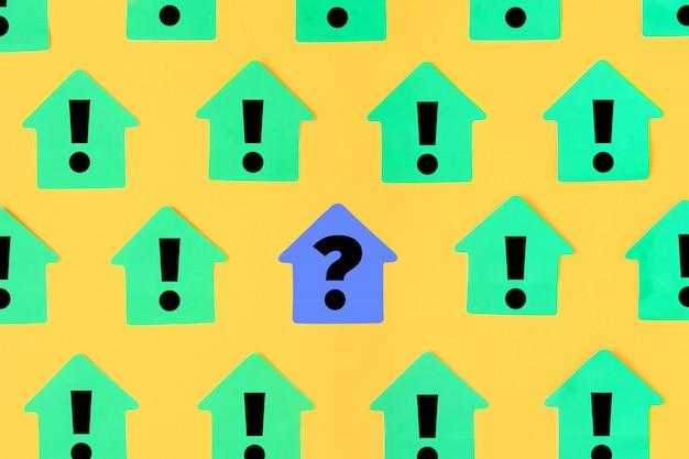 Autocollants verts sous la forme d'une maison sur fond jaune