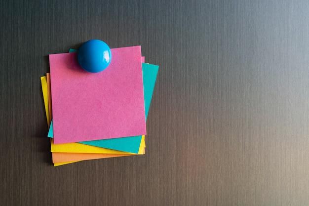 Autocollants vides pour les notes sur le réfrigérateur attaché avec des aimants.